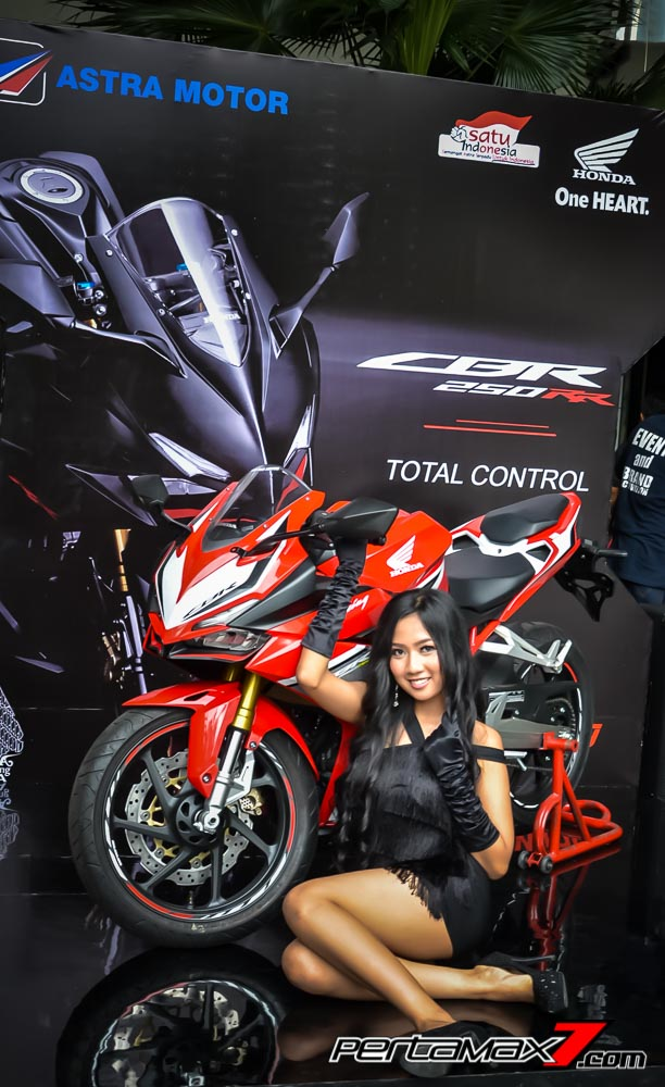 Model bersama Honda CBR250RR di The Park saat Launching