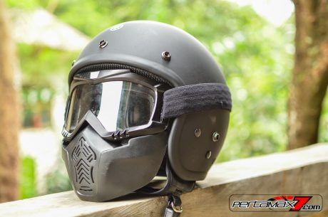 tampak depan samping Helm Fighter Yamaha