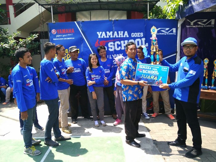 Juara 1 Yamaha Goes to School Safety Riding Competition di Semarang