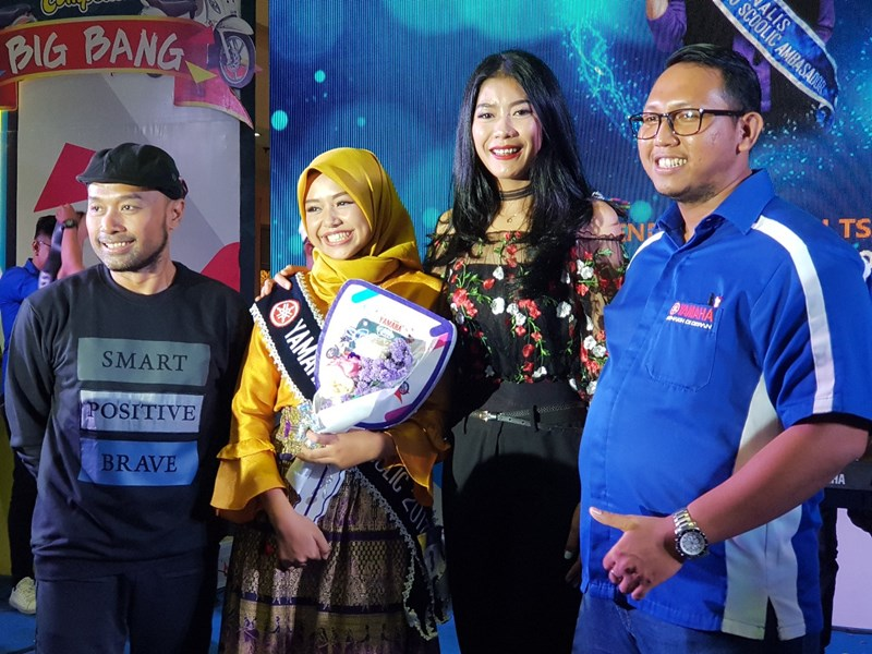 Brenda Qaulani Tsaqila (kedua dari kiri), siswi SMA Negeri 1 Gambut Kabupaten Banjar dinobatkan sebagai All New Fino Tubeless dan Ban Lebar Ambassador wilayah Kalselteng (3) Yamaha Gelar All New Fino Tubeless Scoolic Competition di Kalimantan