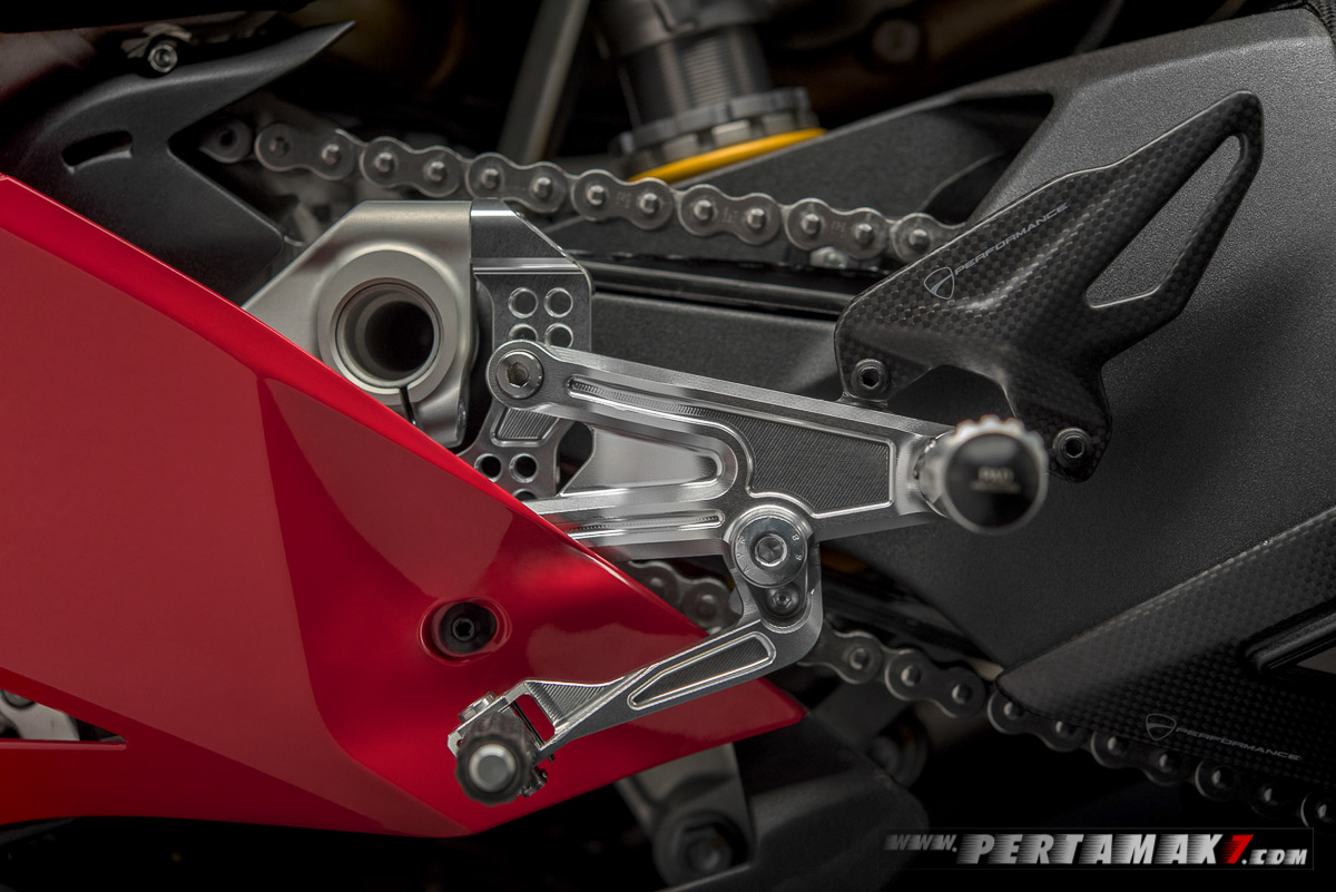 Akesoris Ducati Panigale V4 By Rizoma adjustable rider footpeg kit