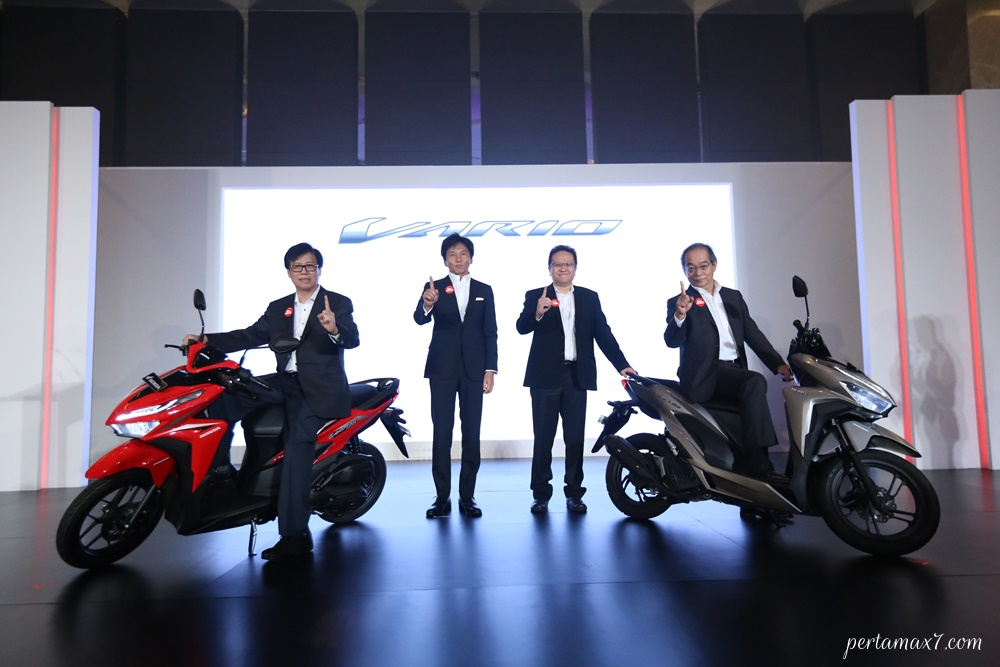 Executive Vice President Director AHM – Johannes Loman, Marketing Director AHM- Shigeto Kimura, Marketing Director AHM – Thomas Wijaya, President Director AHM–Toshiyuki Inuma memperkenalkan All New Honda Vario 150 dan All New Honda Vario 125 di Hotel Holiday Inn Kemayoran, Jakarta Pusat (16/4).