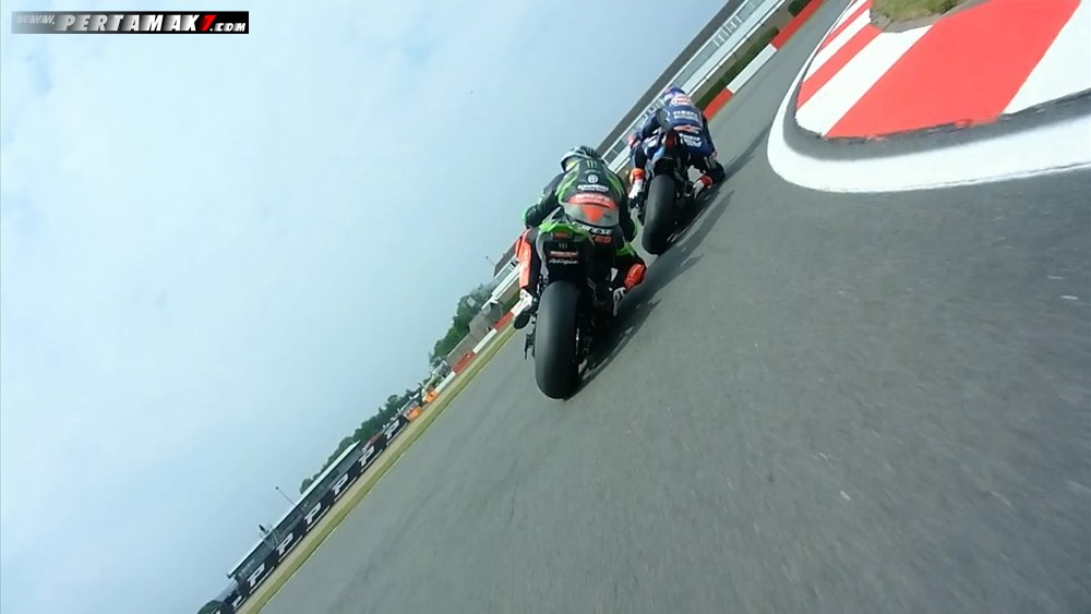 Aksi Overtake VAN DER MARK VS Tom Sykes