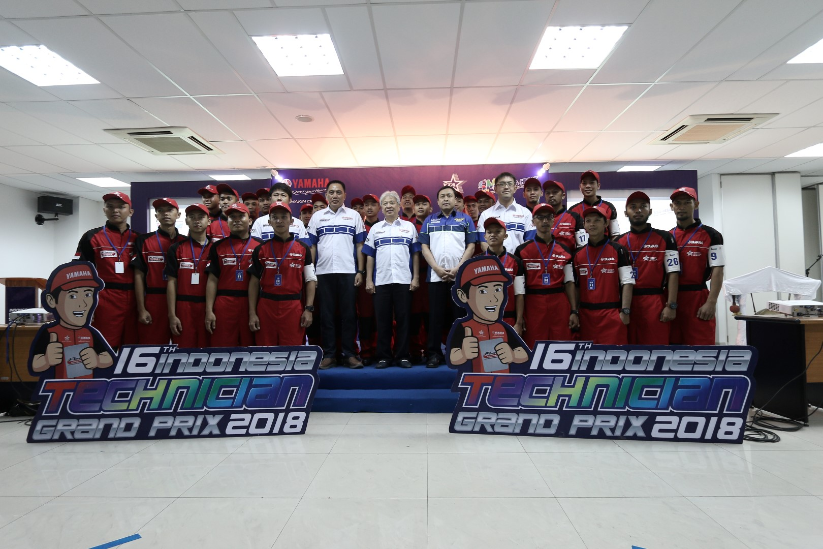 Para finalis Indonesia Technician Grand Prix ke-16 bersama management PT Yamaha Indonesia Motor Manufacturing (YIMM)