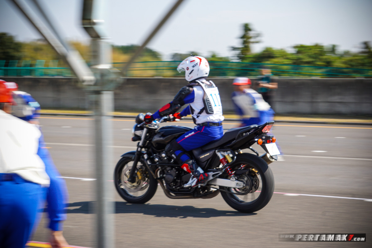 Aksi Braking Ibnu Fachrizal, Instruktur Indonesia Juara The 19th Safety Japan Instructors Honda CB400SF