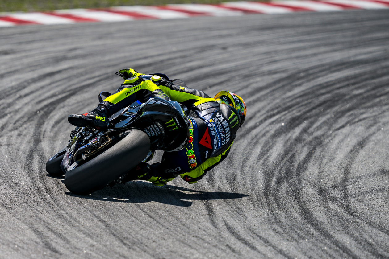 valentino rossi kneedown Yamaha M1 Monster Energy 2019