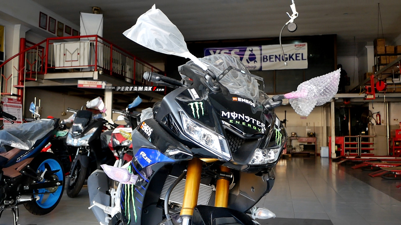 Video Bertemu Yamaha R15 Monster Energy MotoGP 2019