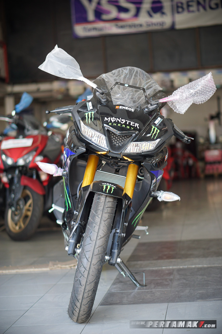 depan Yamaha R15 Monster Energy MotoGP 2019